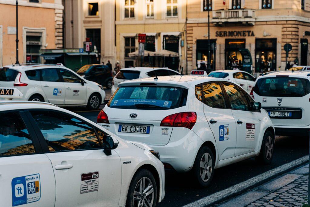 白いイタリアのタクシー
