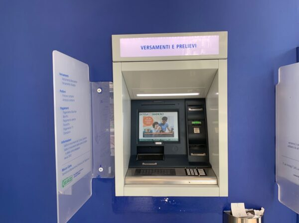 ATM機の外観
