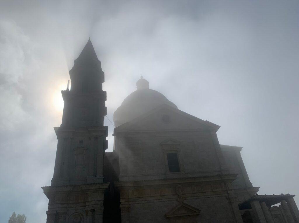 霧に覆われたトスカーナの教会
