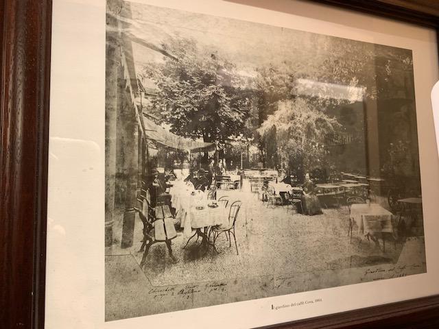 1864年に当時のカフェを撮影された